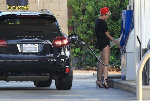 La cantante Miley Cyrus recientemente se compro un Porsche Carrera GTS