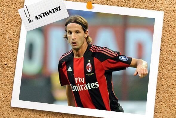 Puede extrañarles ver en la lateral izquierda a Luca Antonini, pero a es...