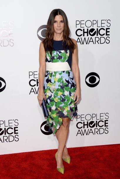 Sandra Bullock se tapizó de pies a cabeza de flores y su vestido lo comb...