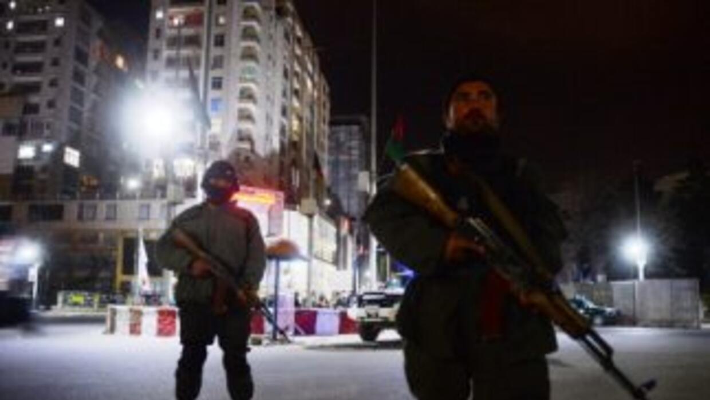 Cuatro individuos armados atacaron el jueves un hotel de lujo en Kabul.