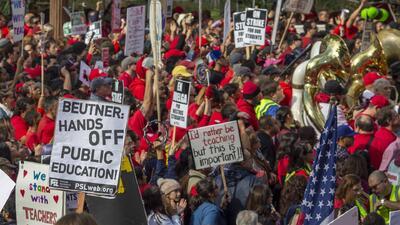 Realizan emotiva cadena humana en apoyo a los maestros de Los Ángeles que están en huelga