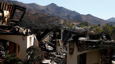 Unos 3,900 bomberos combaten los voraces incendios en California que ya dejan 44 muertos