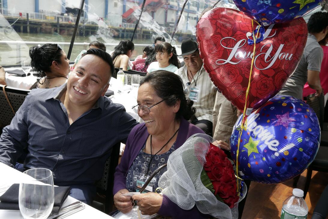En fotos: Familias mexicanas se abrazan en Nueva York tras 20 años sin v...