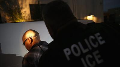 Imagen de archivo de un arresto de ICE. En el operativo que concluyó el...