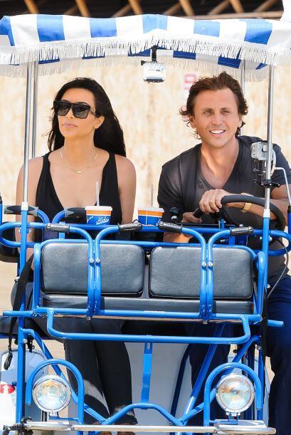 Kim Kardashian se la pasa de paseo en paseo.Mira aquí los videos más chi...