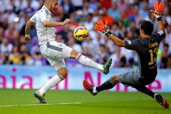 Benzema tuvo un mano a mano con Claudio Bravo, que el chileno resolvió c...