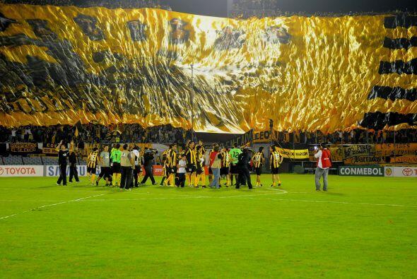 Despliegue parcial de la bandera en la hinchada de Peñarol, unos...