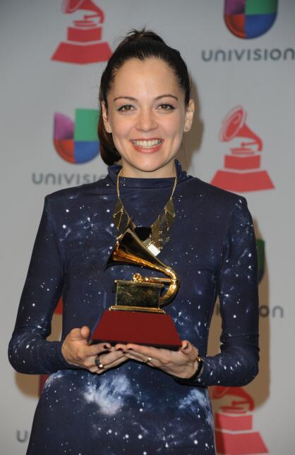 Así se veía en 2013 la mexicana Natalia Lafourcade con su premio por Mej...