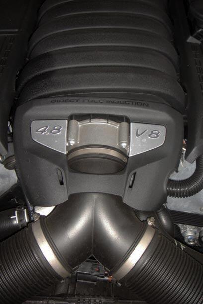 El motor V8 de 4.8 litros produce 400 caballos de fuerza.