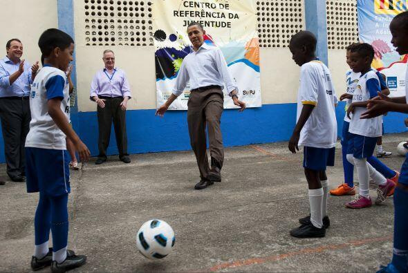 Y ahí está, el mismísimo Barack Obama pasando el balón con los niños del...