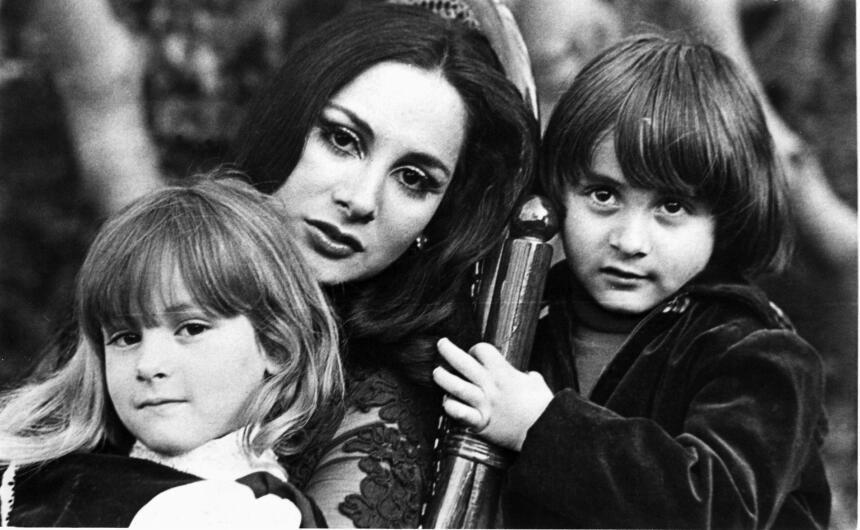 Paulina Rubio a los 6 años de edad aproximadamente, con su mamá Susana D...