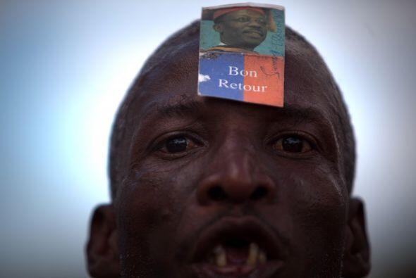 Miles de partidarios del presidente exiliado Jean-Bertrand Aristide inic...