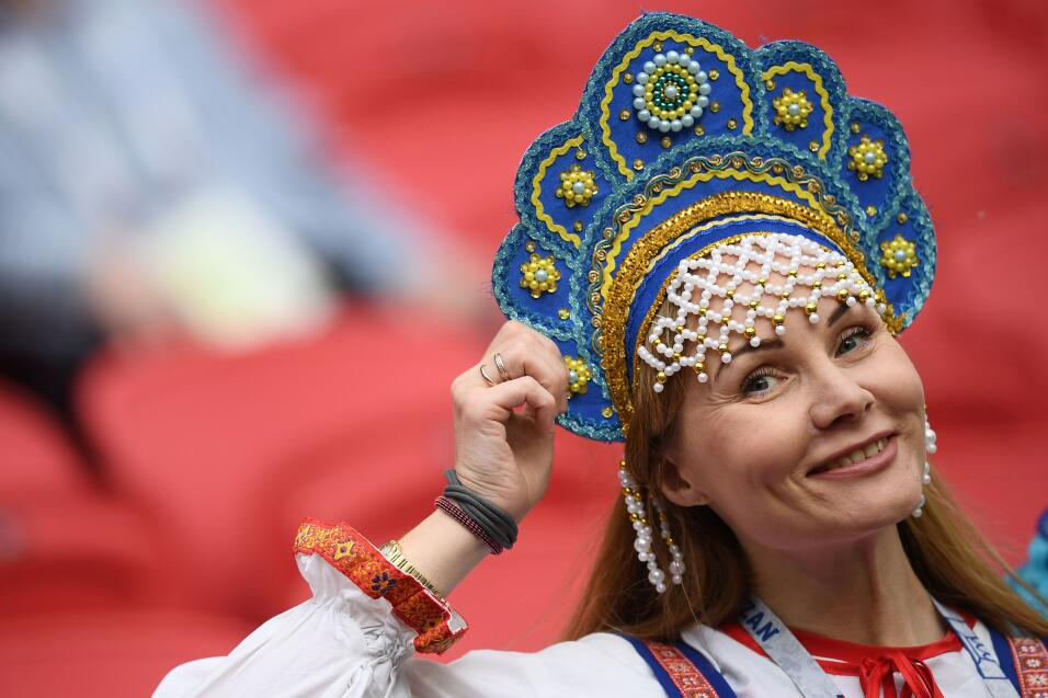 Algunos rusos se acercaron para ver el partido, luego del triunfo de su...