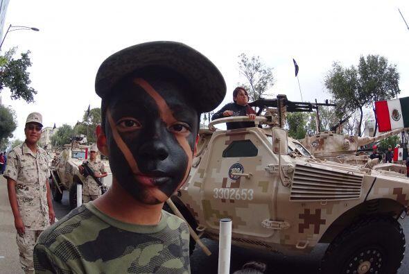 Este niño camuflajeó su rostro con pintura negra para acompañar los carr...