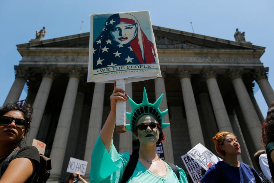 Una mujer disfrazada de estatua de la libertad en Foley Square de Nueva...