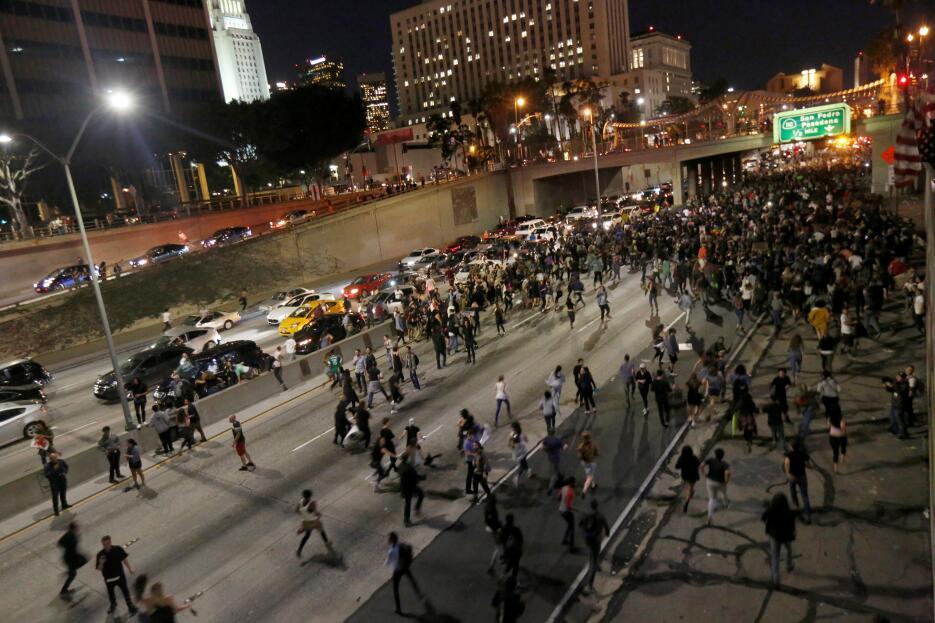 Activistas en Los Ángeles paralizaron la circulación del tráfico sobre l...