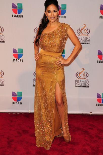 Karla Martínez de Despierta América escogió un vestido elaborado.