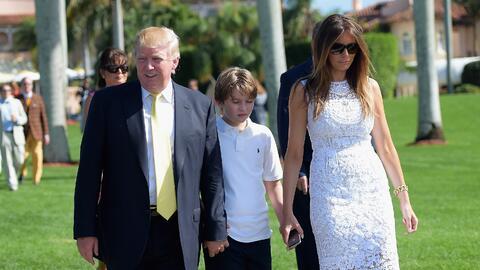 El presidente Trump junto a su hijo Barron y su esposa Melania en el clu...