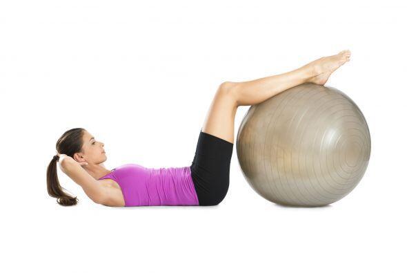 Acuéstate en el suelo y sube tus piernas a la pelota, después coloca tus...