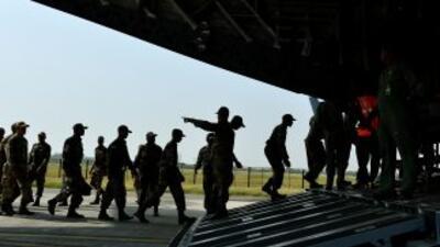 Personal del Ejército de la India aborda un avión de la Fuerza Aérea nac...
