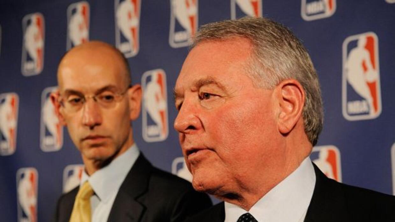 El dueño de los San Antonio Spurs, Peter Holt, habla durante una confere...