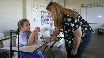 Karen Avilés, maestra de primer grado de la Escuela Elemental Julio Sell...