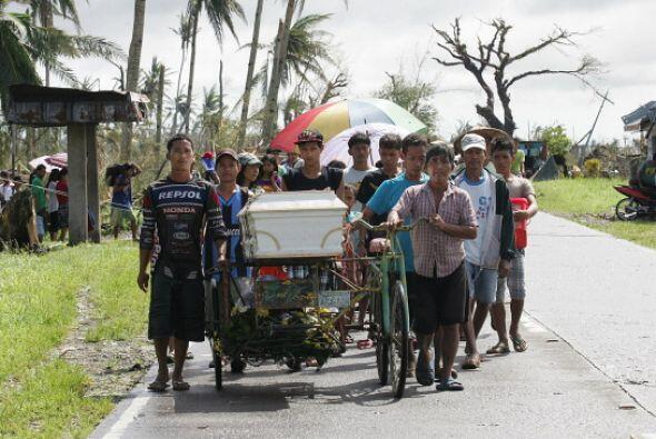 Los reportes de las autoridades informan que el tifón Haiyan ha dejado m...