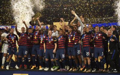 La selección de EEUU alza la sexta Copa Oro de su historia.