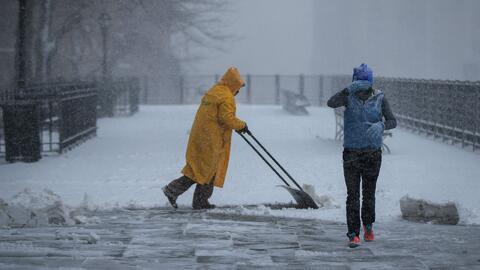 Miles de vuelos han sido cancelados por la tormenta invernal al noroeste...
