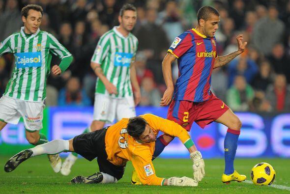 Dani Alves parecía obstinado en marcar su gol, pero después de quitarse...