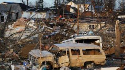 Una segunda ola de tornados se desató a lo largo del centro de EU el vie...