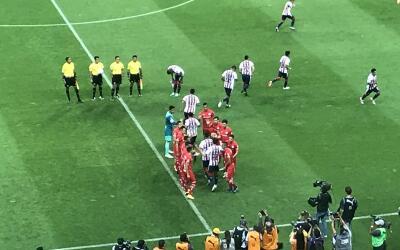 Los Diablos reconocieron al campeón Chivas.