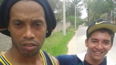 Ronaldinho choca su camioneta y aficionado le pide 'selfie' tras el accidente