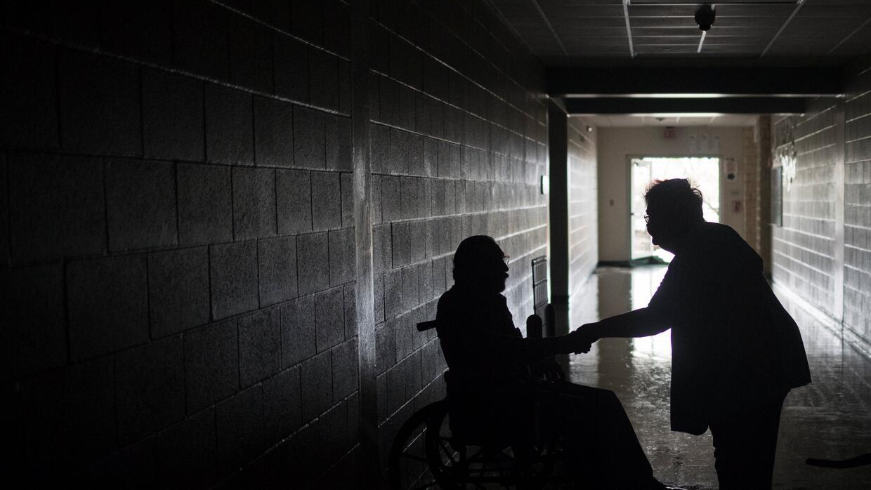 Residentes que perdieron sus viviendas en el huracán Harvey se despiden...