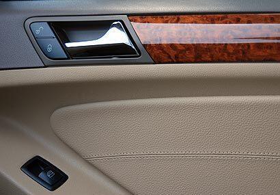 La madera y los tapizados en cuero elevan la exclusividad del interior d...
