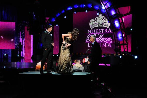 Jorge Ramos sacó un momento para ir a saludar a su belleza latina.