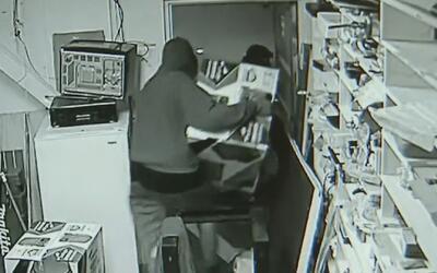 Captado en cámara: roban miles de dólares en equipos electrónicos de una...
