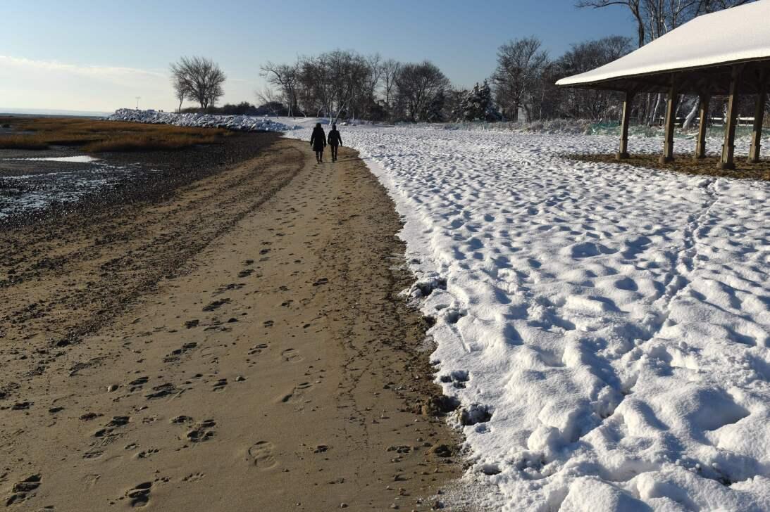La arena de Point Beach, en Connecticut, luce una buena porción de nieve.