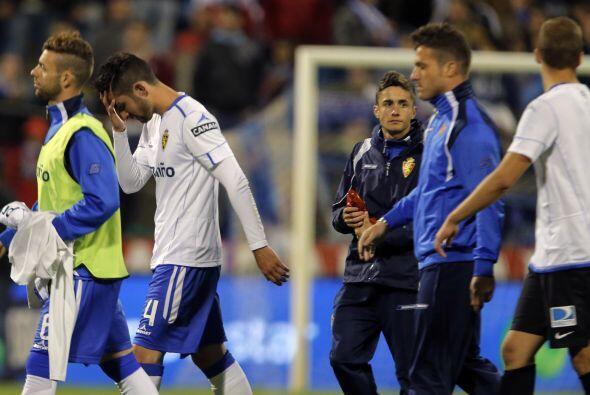 Los jugadores del Zaragoza se retiran cabizbajos tras certificar su desc...