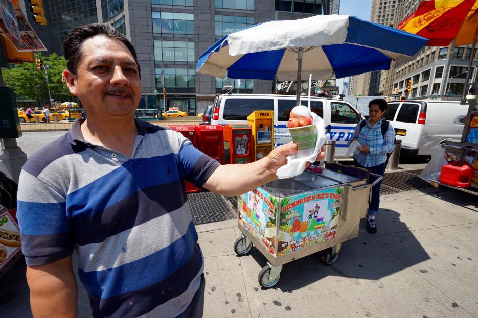 Hasta 300 helados vende Tomás Robles de Ecuador en Columbus Circle.