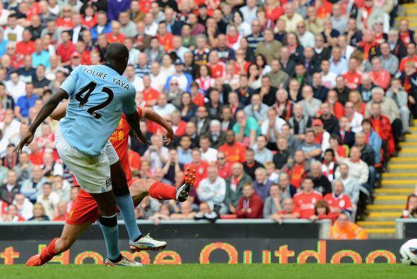 Ya en el segundo tiempo, Yayá Touré sacó un potente...
