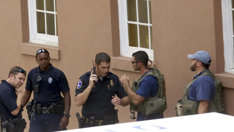 Policía en los alrededores del restaurante donde un hombre armado mantie...