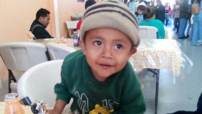 """""""Mis hijos creen que los abandonamos"""", dice el padre de tres niños separados de su madre en la frontera"""
