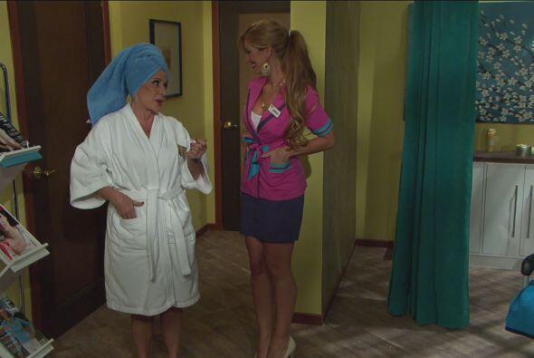 Para desestresarse, la mamá del jefe fue al spa.