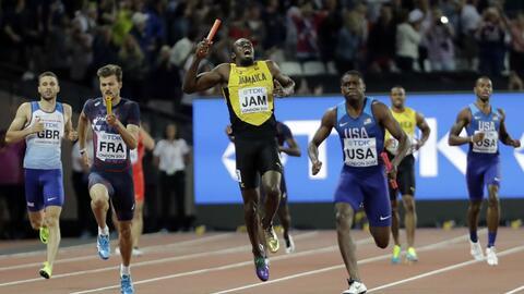 Usain Bolt se lesionó poco después de tomar la posta.