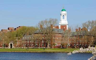 Harvard, ubicada junto al río Charles en Cambridge, Massachusetts...