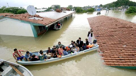 Residentes de Villahermosa (Tabasco) rescatados por la armada mexicana,...