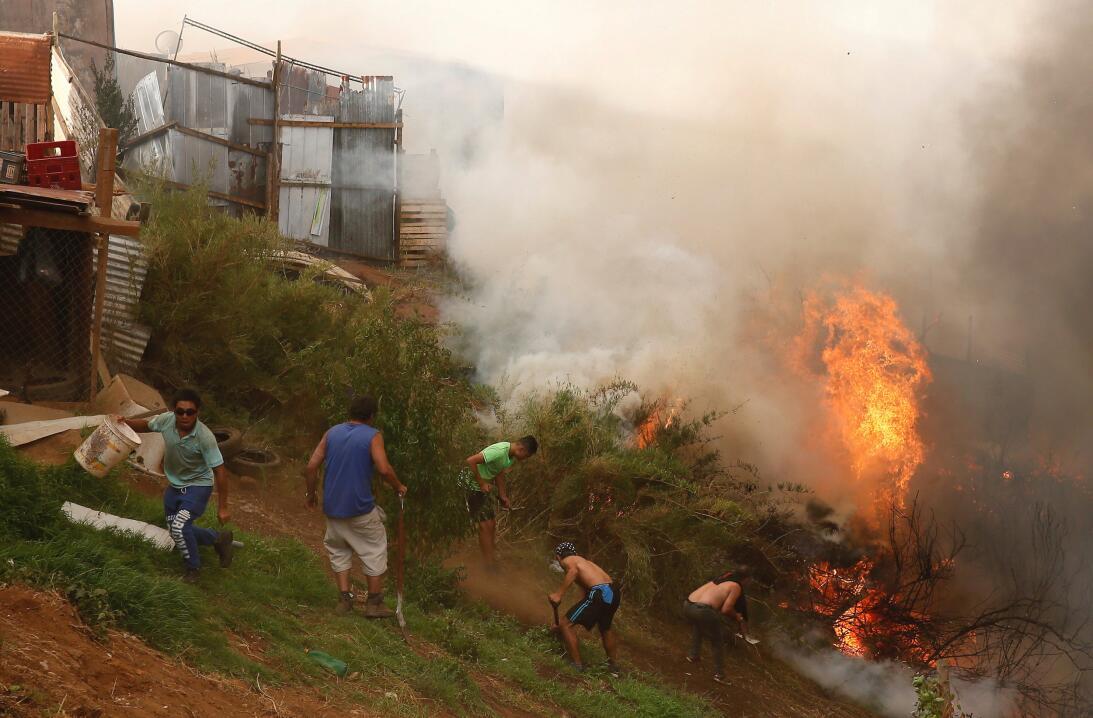 En fotos: descomunal incendio en Chile obliga a desalojar de sus casas a...