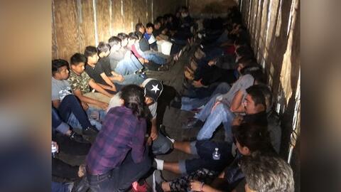 59 inmigrantes indocumentados fueron descubiertos en un camión de...