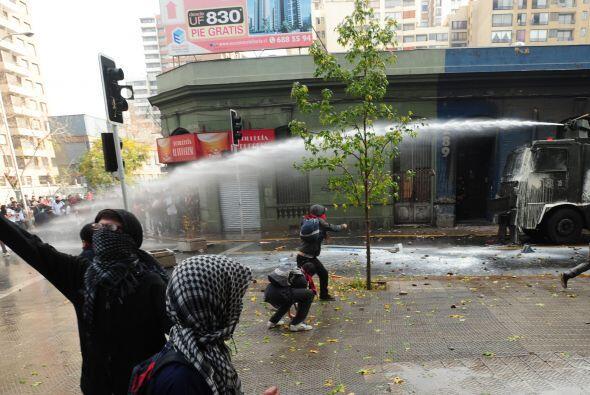 El enfrentamiento entre los policías y los estudiantes fue de gran magni...